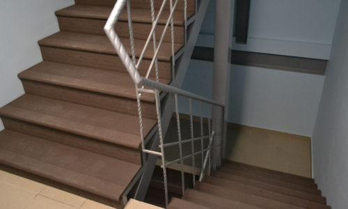 Установка лестниц из ступеней ДПК